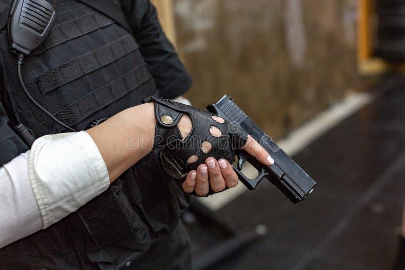 Ισχυρό πυροβόλο όπλο εκμετάλλευσης γυναικών Ύφος κινηματογράφων πολεμικής δράσης στοκ φωτογραφία με δικαίωμα ελεύθερης χρήσης