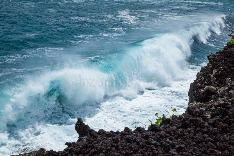Ισχυρό σπάσιμο ακτών στα όμορφα σπάζοντας κύματα ακτών βράχου λάβας της Χαβάης στοκ εικόνα