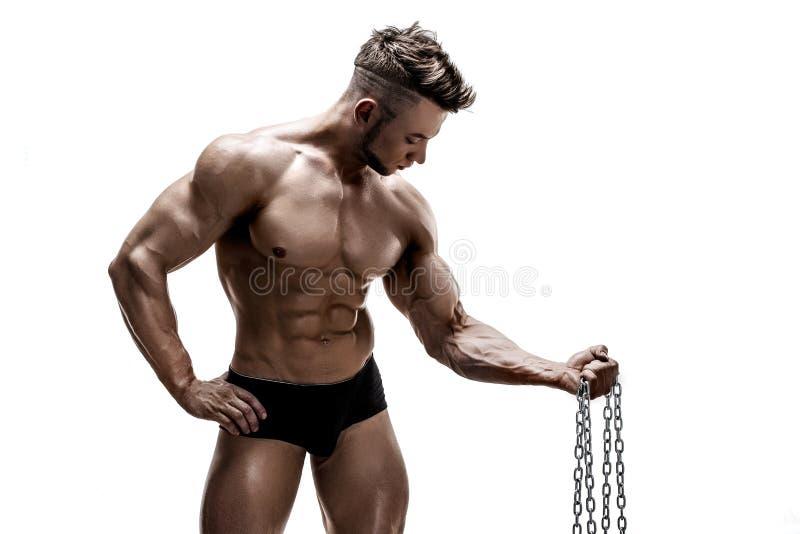Ισχυρό bodybuilder που κάνει την άσκηση με την αλυσίδα μετάλλων στοκ εικόνες