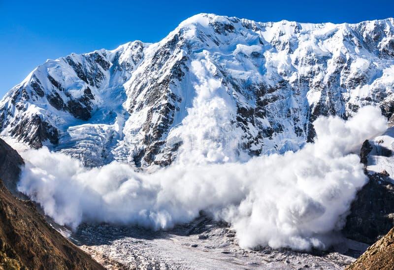 Ισχύς της φύσης Χιονοστιβάδα στον Καύκασο στοκ εικόνες με δικαίωμα ελεύθερης χρήσης