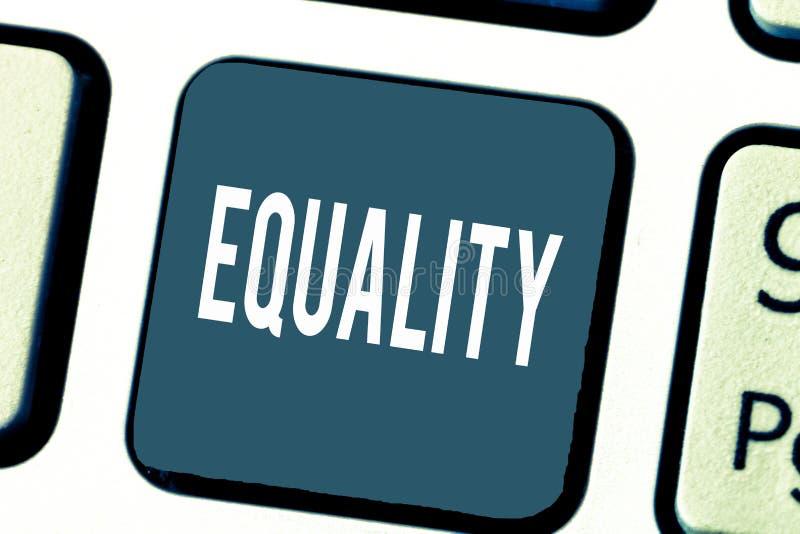 Ισότητα κειμένων γραφής Έννοια που σημαίνει την κατάσταση της ύπαρξης ίσος ειδικά στα δικαιώματα ή τις ευκαιρίες θέσης στοκ φωτογραφία με δικαίωμα ελεύθερης χρήσης