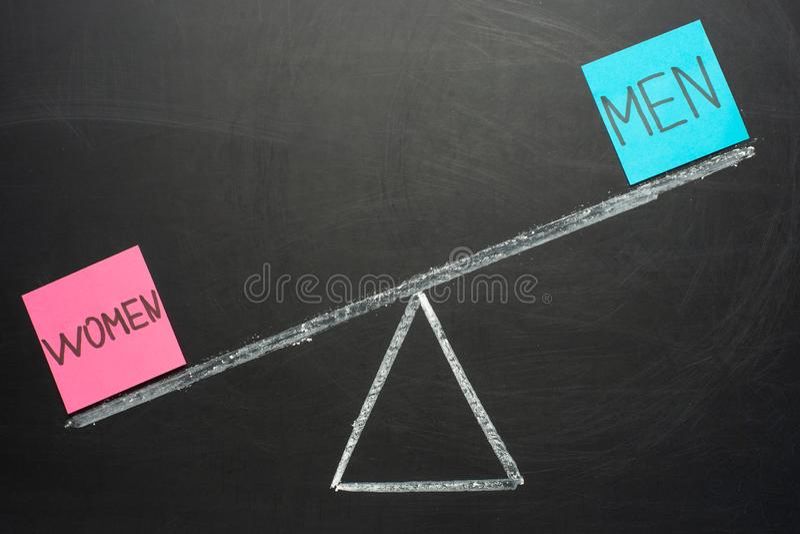 Ισότητα μεταξύ της έννοιας ανδρών και γυναικών με τις κλίμακες και το σημάδι ακτίνων στοκ εικόνα με δικαίωμα ελεύθερης χρήσης