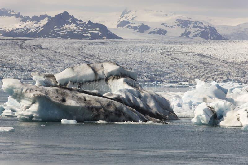 Ισλανδία. Νοτιοανατολική περιοχή. Jokulsarlon. Παγόβουνα, λίμνη και παγετώνας στοκ εικόνες με δικαίωμα ελεύθερης χρήσης
