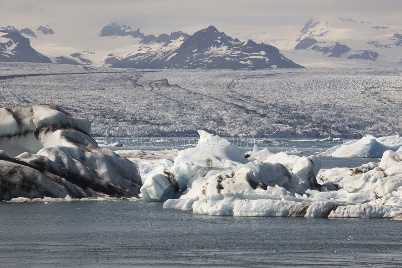 Ισλανδία. Νοτιοανατολική περιοχή. Jokulsarlon. Παγόβουνα, λίμνη και παγετώνας στοκ φωτογραφία με δικαίωμα ελεύθερης χρήσης