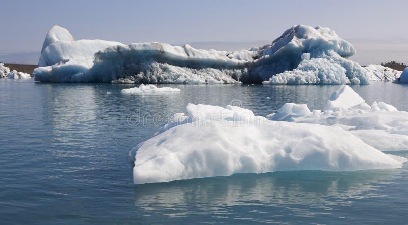 Ισλανδία. Νοτιοανατολική περιοχή. Jokulsarlon. Παγόβουνα και λίμνη. στοκ εικόνες με δικαίωμα ελεύθερης χρήσης