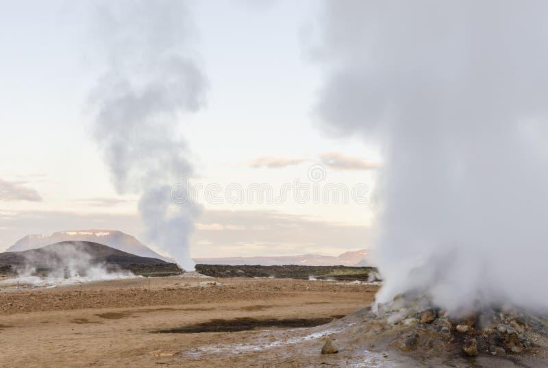 Ισλανδικό geysir το καλοκαίρι, έξοδος ατμού του εδάφους στοκ εικόνα