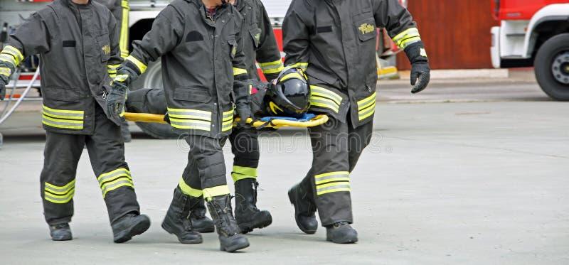 Ιταλία, Ιταλία - 10 Μαΐου 2018: τέσσερα ιταλικά οι πυροσβέστες tran στοκ εικόνες