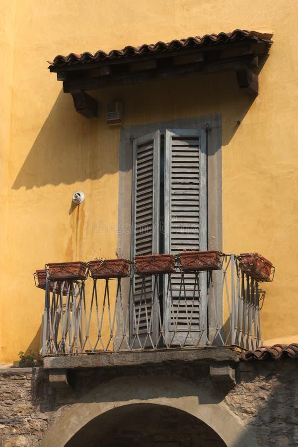 Ιταλία, Μπέργκαμο Παράθυρο της Ann ol στην ανώτερη πόλη στοκ εικόνες