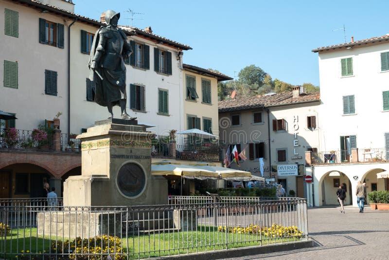 Ιταλία, Τοσκάνη, επαρχία της Φλωρεντίας, Greve σε Chianti, άγαλμα του τετραγώνου nella του Giovanni DA Verrazzano του χωριού στοκ εικόνα
