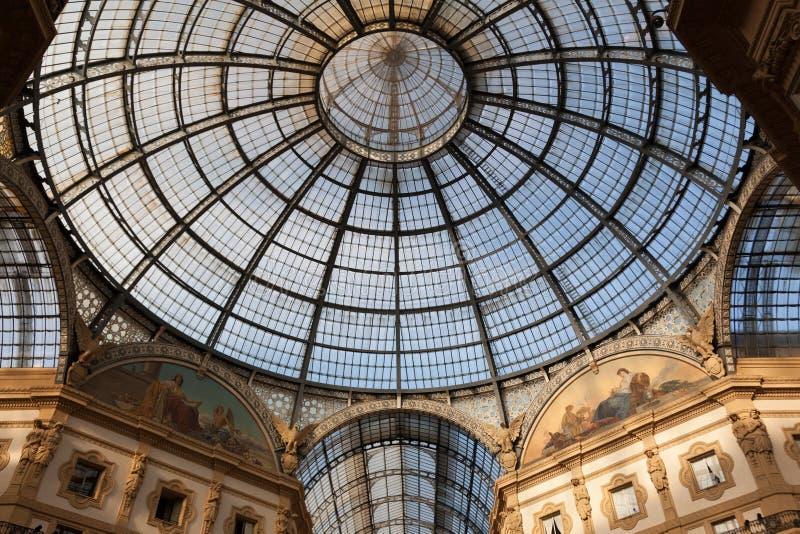 ΙΤΑΛΙΑ, ΜΙΛΑΝΟ - το Νοέμβριο του 2018: ανώτατη εσωτερική άποψη ζευγών γυαλιού Vittorio Emanuele ΙΙ στοκ εικόνα με δικαίωμα ελεύθερης χρήσης