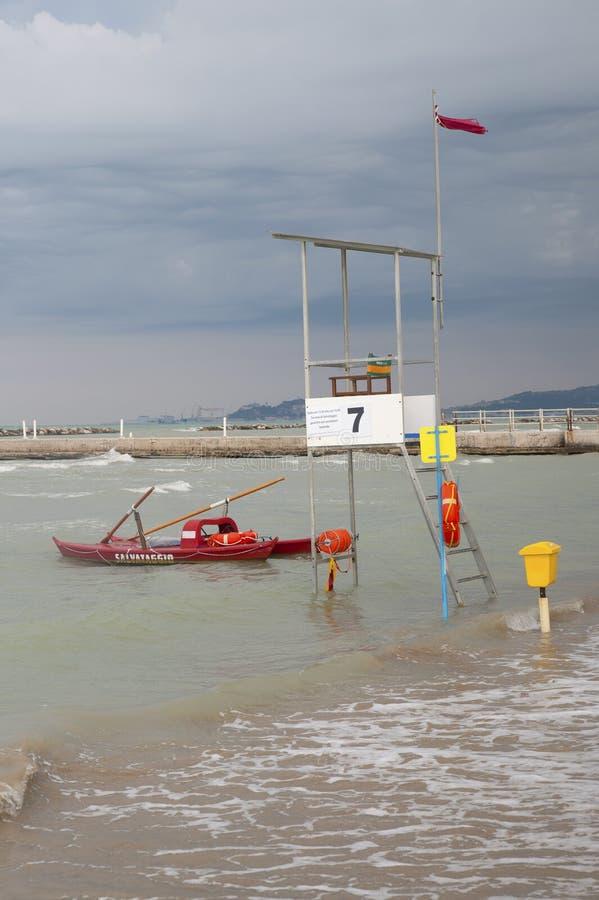 ΙΤΑΛΙΑ, Falconara Marittima - 14 Αυγούστου 2013: Πύργος Lifeguard στοκ εικόνα