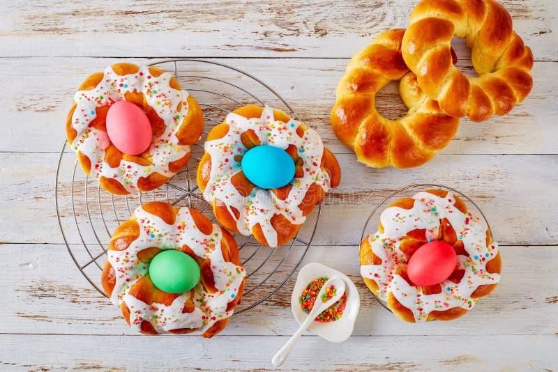 Ιταλικά δαχτυλίδια ψωμιού Πάσχας με τα βαμμένα αυγά στοκ φωτογραφία