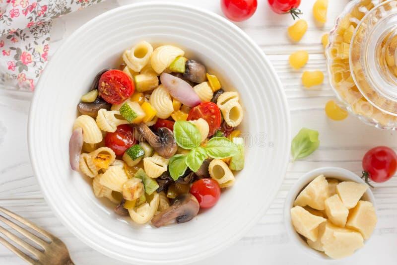 Ιταλικά ζυμαρικά με τα τηγανισμένα λαχανικά και τα μανιτάρια, κολοκύθια, che στοκ φωτογραφίες με δικαίωμα ελεύθερης χρήσης