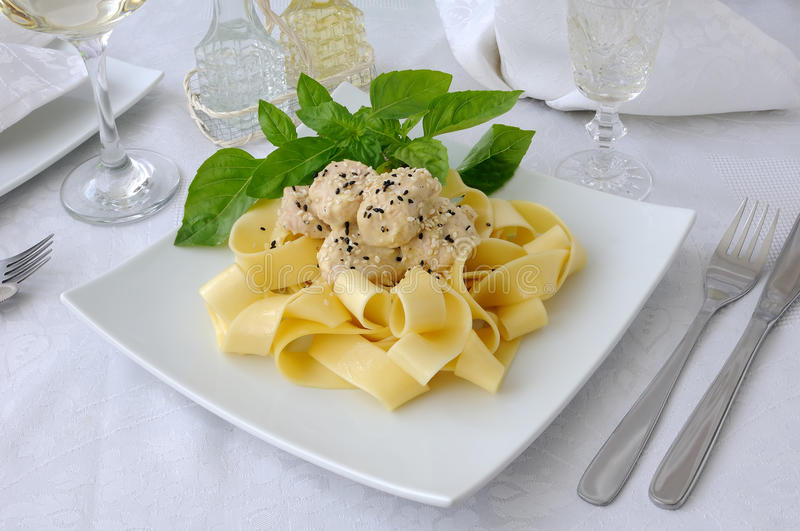 Ιταλικά ζυμαρικά - Pappardelle με τη λωρίδα κοτόπουλου στοκ εικόνες