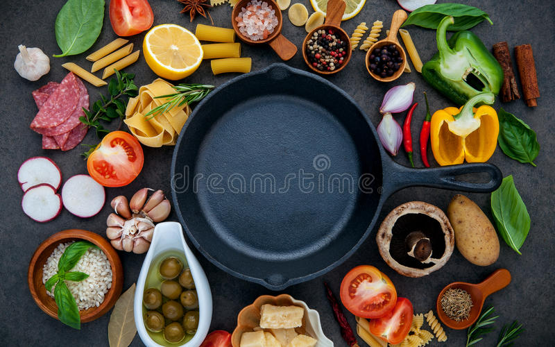 Ιταλικά μαγειρεύοντας συστατικά τροφίμων στο σκοτεινό υπόβαθρο πετρών με το ι στοκ φωτογραφία με δικαίωμα ελεύθερης χρήσης