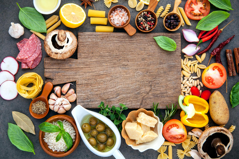 Ιταλικά μαγειρεύοντας συστατικά τροφίμων στο σκοτεινό υπόβαθρο πετρών με το γ στοκ φωτογραφίες με δικαίωμα ελεύθερης χρήσης