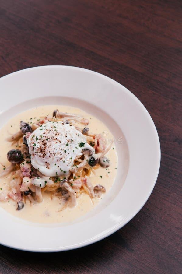 Ιταλικά μακαρόνια ζυμαρικών με την κρεμώδη σάλτσα του Alfredo, μανιτάρι και στοκ εικόνες