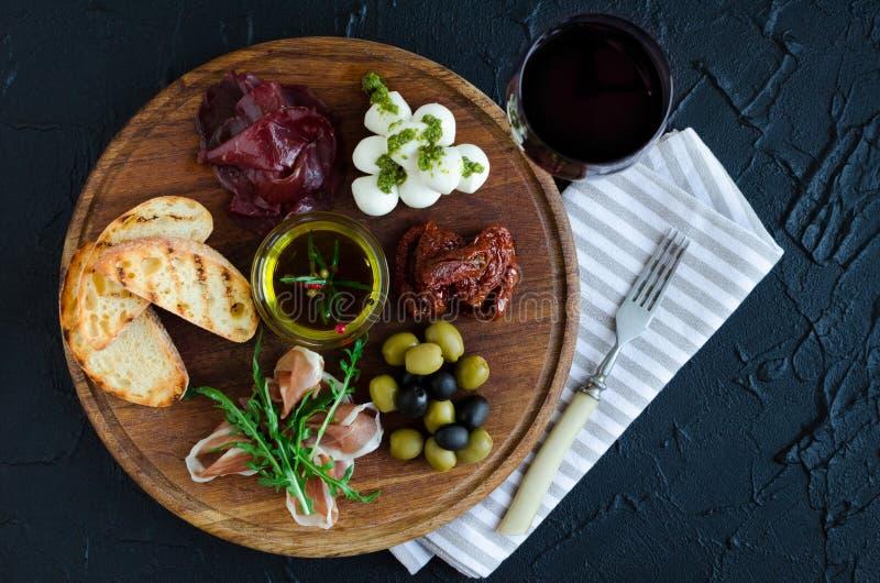 Ιταλικά πρόχειρα φαγητά κρασιού antipasti καθορισμένα στοκ εικόνα με δικαίωμα ελεύθερης χρήσης