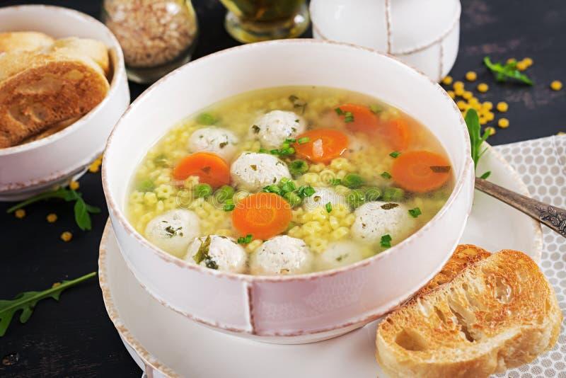 Ιταλικά σούπα κεφτών και ζυμαρικά Stelline στο κύπελλο στο μαύρο πίνακα στοκ εικόνα με δικαίωμα ελεύθερης χρήσης
