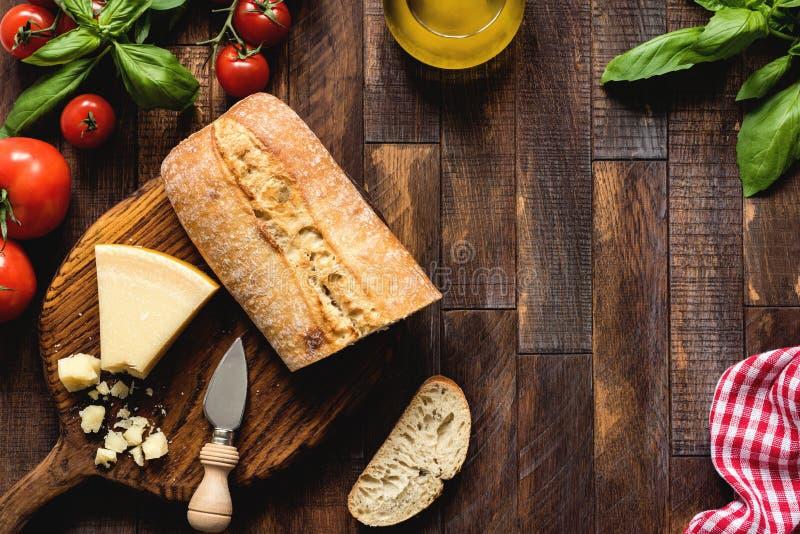 Ιταλικά τρόφιμα στο αγροτικό ξύλινο υπόβαθρο, τοπ άποψη στοκ φωτογραφία με δικαίωμα ελεύθερης χρήσης