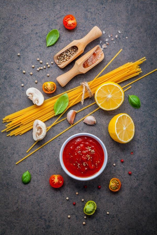 Ιταλική έννοια τροφίμων και επιλογών Μακαρόνια με το γλυκό συστατικών στοκ φωτογραφίες