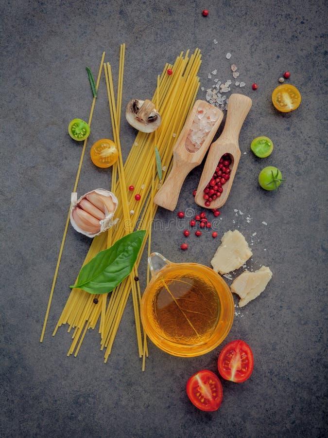 Ιταλική έννοια τροφίμων Μακαρόνια με το γλυκό βασιλικό συστατικών, στοκ εικόνα με δικαίωμα ελεύθερης χρήσης