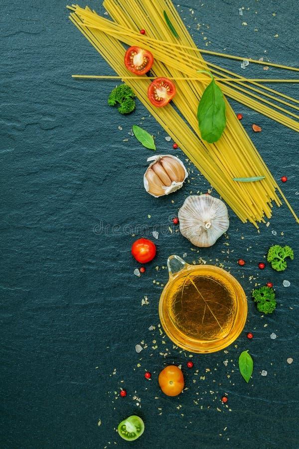 Ιταλική έννοια τροφίμων Μακαρόνια με το γλυκό βασιλικό συστατικών, στοκ φωτογραφίες