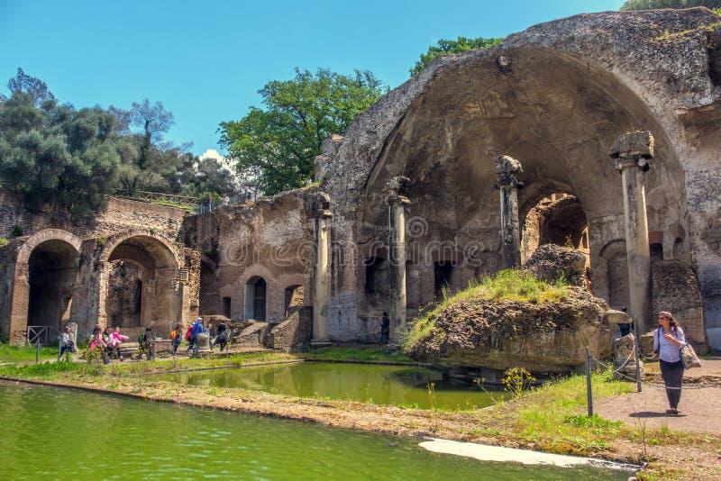 Ιταλική αρχαιολογική λίμνη περιοχής Serapeo Canapeo Canopus βιλών της Adriana Hadrians βιλών περιοχών γυναικών τουριστών της Ιταλ στοκ εικόνες με δικαίωμα ελεύθερης χρήσης