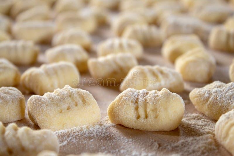Ιταλική ειδικότητα τροφίμων: χέρι - γίνοντα gnocchi πατατών σε έναν ξύλινο πίνακα, έτοιμο να μαγειρευτεί Σπίτι που γίνονται και χ στοκ φωτογραφία με δικαίωμα ελεύθερης χρήσης