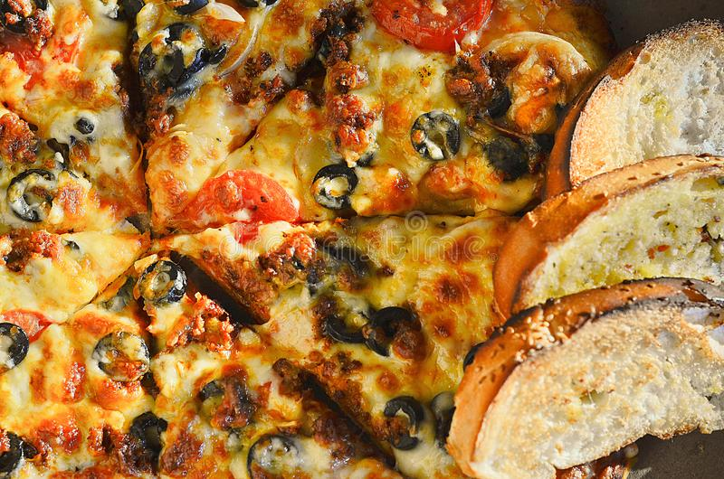 Ιταλική πίτσα με το ψωμί σκόρδου στοκ φωτογραφία με δικαίωμα ελεύθερης χρήσης