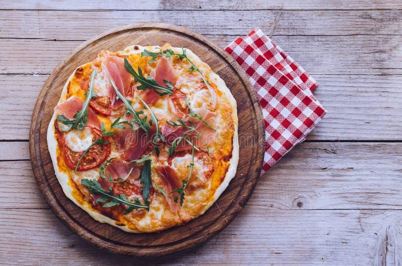 Ιταλική πίτσα με το prosciutto και το arugula στοκ φωτογραφίες με δικαίωμα ελεύθερης χρήσης