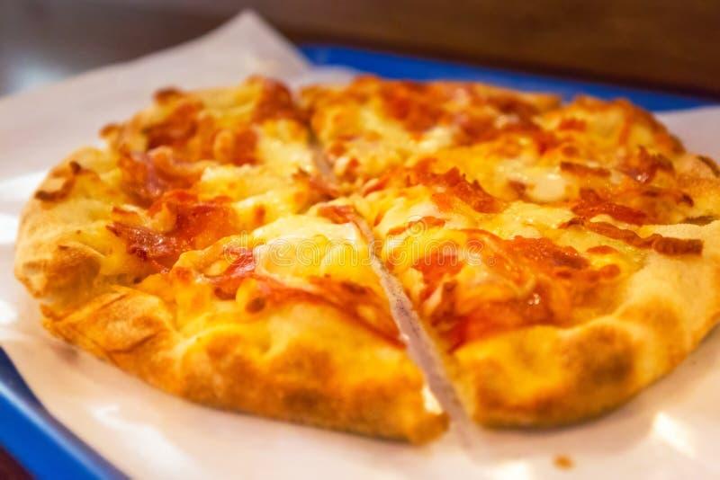 Ιταλική παραδοσιακή πίτσα με το ζαμπόν και το τυρί στοκ φωτογραφίες με δικαίωμα ελεύθερης χρήσης