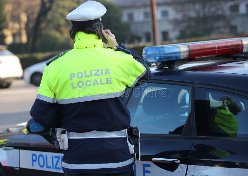 Ιταλικοί περιπολικό της Αστυνομίας και αστυνομικός με το θόριο ΣΥΝΌΛΩΝ ΤΟΠΙΚΉΣ ΠΡΟΣΑΡΜΟΓΉΣ κειμένων POLIZIA στοκ φωτογραφία με δικαίωμα ελεύθερης χρήσης