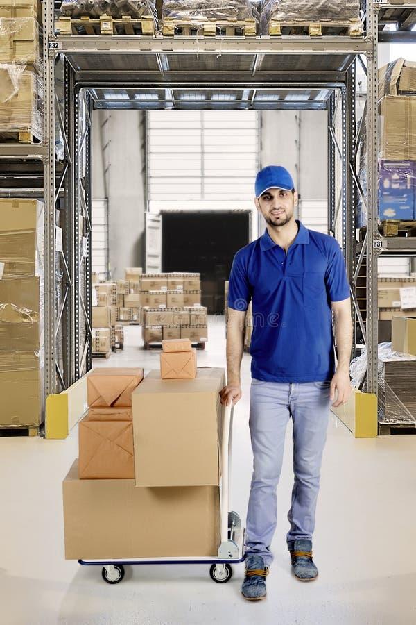 Ιταλικός αγγελιαφόρος με τα κιβώτια στην αποθήκη εμπορευμάτων στοκ φωτογραφία
