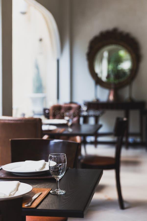 Ιταλικός πίνακας γευμάτων για τρία με τα cutleries, τα πιάτα, τα γυαλιά, τις πετσέτες και naperies στον πίνακα στο εστιατόριο στη στοκ φωτογραφία με δικαίωμα ελεύθερης χρήσης
