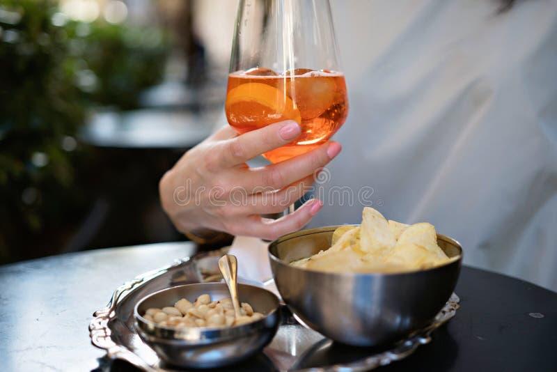 Ιταλικό απεριτίφ με το aperol σε ένα όμορφο γυαλί στοκ εικόνα με δικαίωμα ελεύθερης χρήσης