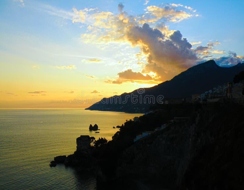 Ιταλικό ηλιοβασίλεμα, ακτή της Αμάλφης, θάλασσα, βράχοι στοκ εικόνα με δικαίωμα ελεύθερης χρήσης