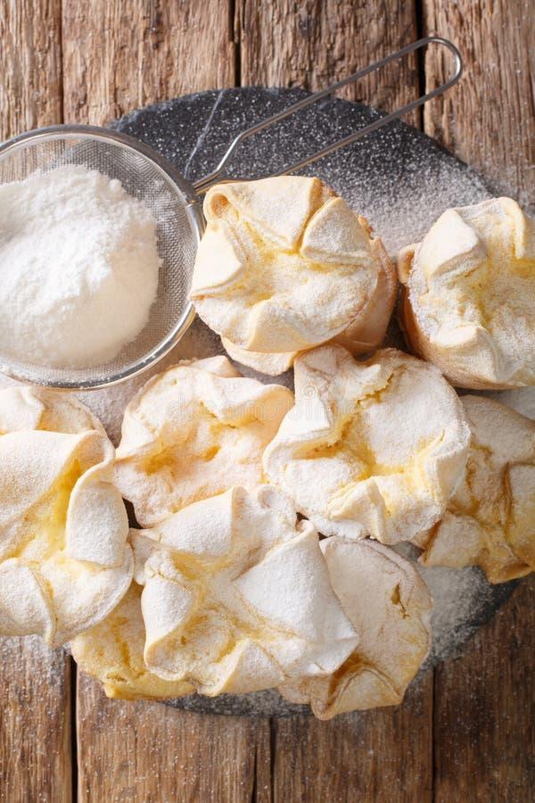 Ιταλικό κέικ από μαλακό σιτάρι, γεμισμένο με τυρί από ρικότα, με ζάχαρη σε σκόνη, που κλείνει σε πλακόστρωτο πλακίδιο Κατακόρυφη  στοκ φωτογραφία