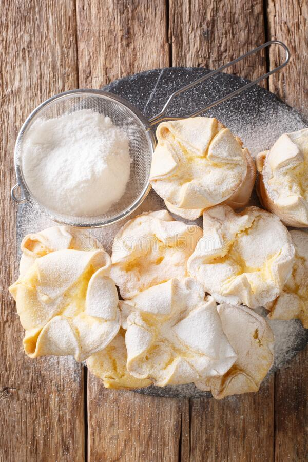 Ιταλικό κέικ μαλακονιού με λεπτή κρέμα τυριού και ζάχαρη σε σκόνη σε πλακέτα Κατακόρυφη επάνω όψη στοκ φωτογραφία με δικαίωμα ελεύθερης χρήσης