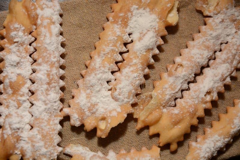 Ιταλικό κέικ Tipical chiacchiere για το γλυκό επιδόρπιο τροφίμων κομμάτων καρναβαλιού στοκ εικόνα