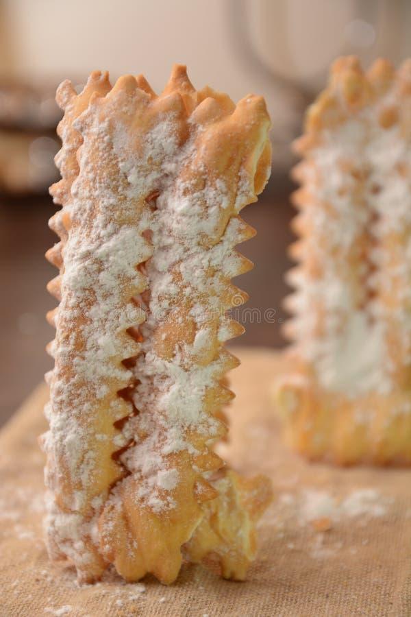 Ιταλικό κέικ Tipical chiacchiere για το γλυκό επιδόρπιο τροφίμων κομμάτων καρναβαλιού στοκ φωτογραφία