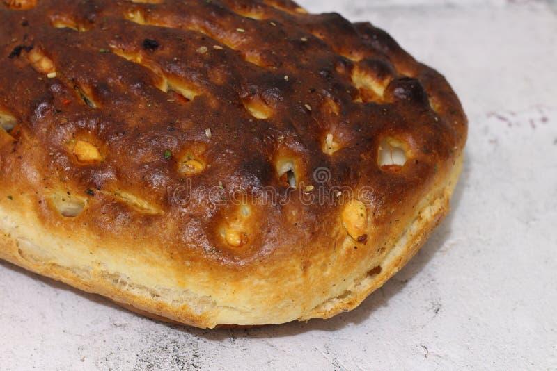 Ιταλικό ψωμί με το τυρί, τις ντομάτες και τα χορτάρια στοκ εικόνα