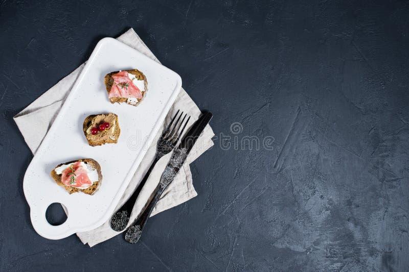Ιταλικό antipasti με το πατέ, την Πάρμα και το σαλάμι στη φρυγανιά στοκ εικόνα με δικαίωμα ελεύθερης χρήσης