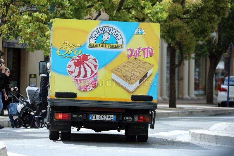 Ιταλικό Drive φορτηγών παγωτού στο δρόμο στο κέντρο πόλεων στοκ φωτογραφία με δικαίωμα ελεύθερης χρήσης