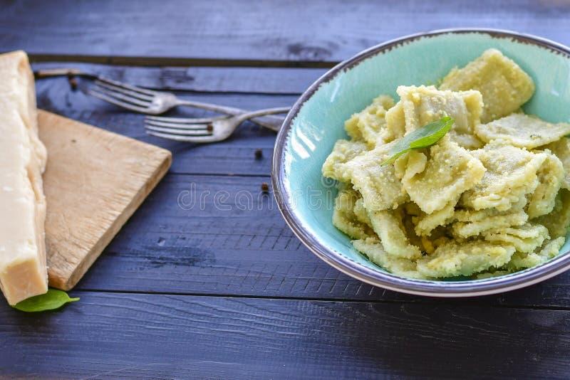 Ιταλικό ravioli σπανακιού και ricotta Φρέσκο σπίτι που γίνεται τα ζυμαρικά στοκ εικόνα