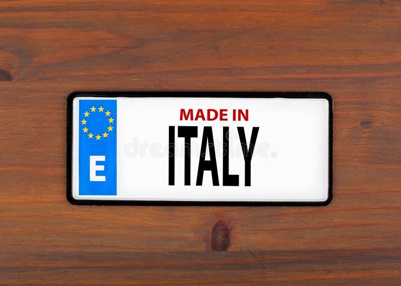 Ιταλία που γίνεται Σε ένα ξύλινο μεταλλικό πιάτο πινάκων με την ευρωπαϊκή ένωση στοκ φωτογραφία