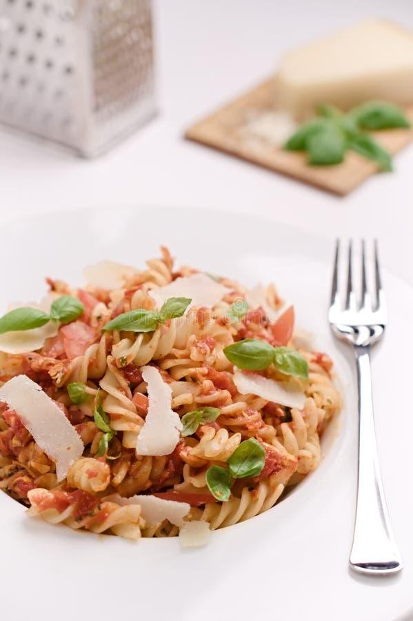 Ιταλικά ζυμαρικά fusilli με τη σάλτσα ντοματών, το βασιλικό και το chee παρμεζάνας στοκ φωτογραφίες με δικαίωμα ελεύθερης χρήσης