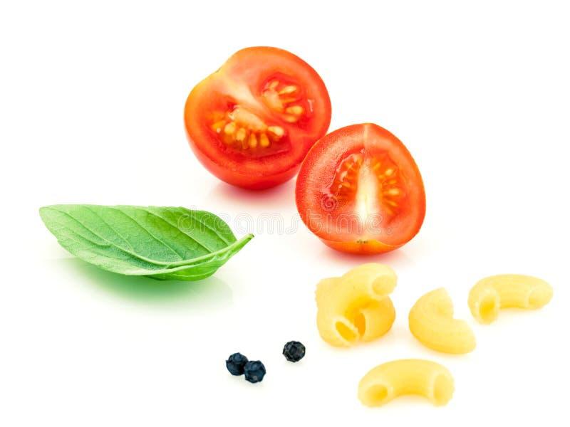 Ιταλικά μακαρόνια αγκώνων έννοιας τροφίμων με την ντομάτα και το γλυκό βασιλικό στοκ εικόνες με δικαίωμα ελεύθερης χρήσης