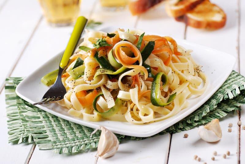 Ιταλικά νουντλς ζυμαρικών με τα ανάμεικτα λαχανικά στοκ εικόνες
