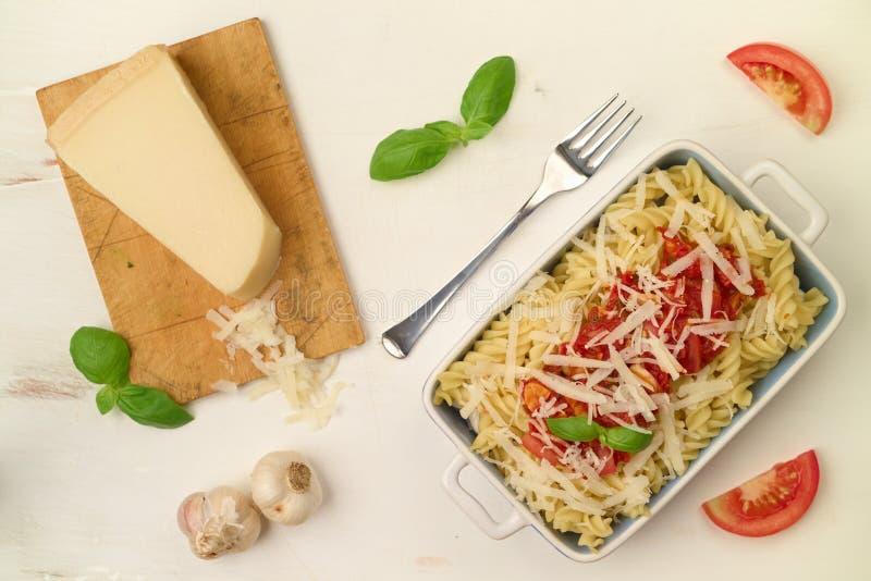 Ιταλικά σπιτικά ζυμαρικά με τη σάλτσα, το βασιλικό και την παρμεζάνα ντοματών che στοκ εικόνα με δικαίωμα ελεύθερης χρήσης